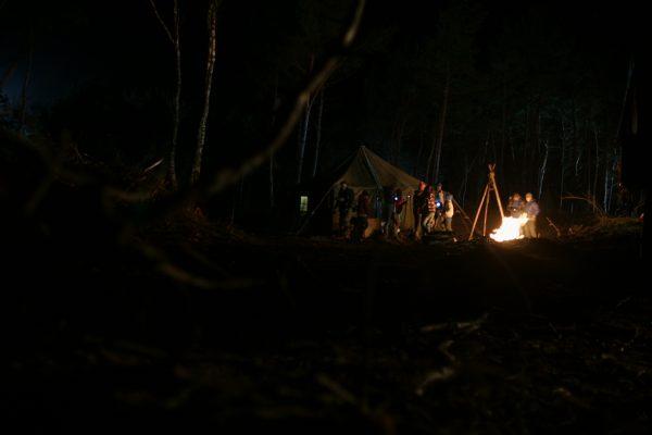 Kinderen bij kampvuur